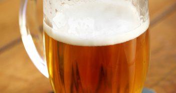 Caneco de cerveja com espuma