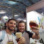 Oscar, da Revista Ein Bier, e Diogo (Vem do Malte) – Ao fundo, Cervejaria 4 Estações